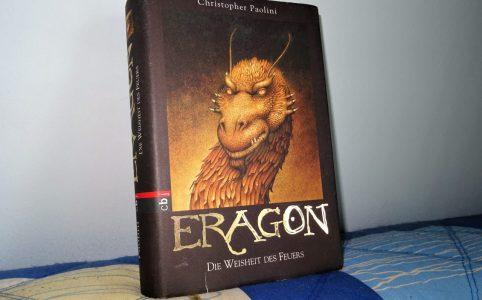"""""""Eragon - Die Weisheit des Feuers"""" auf einem Kissen."""