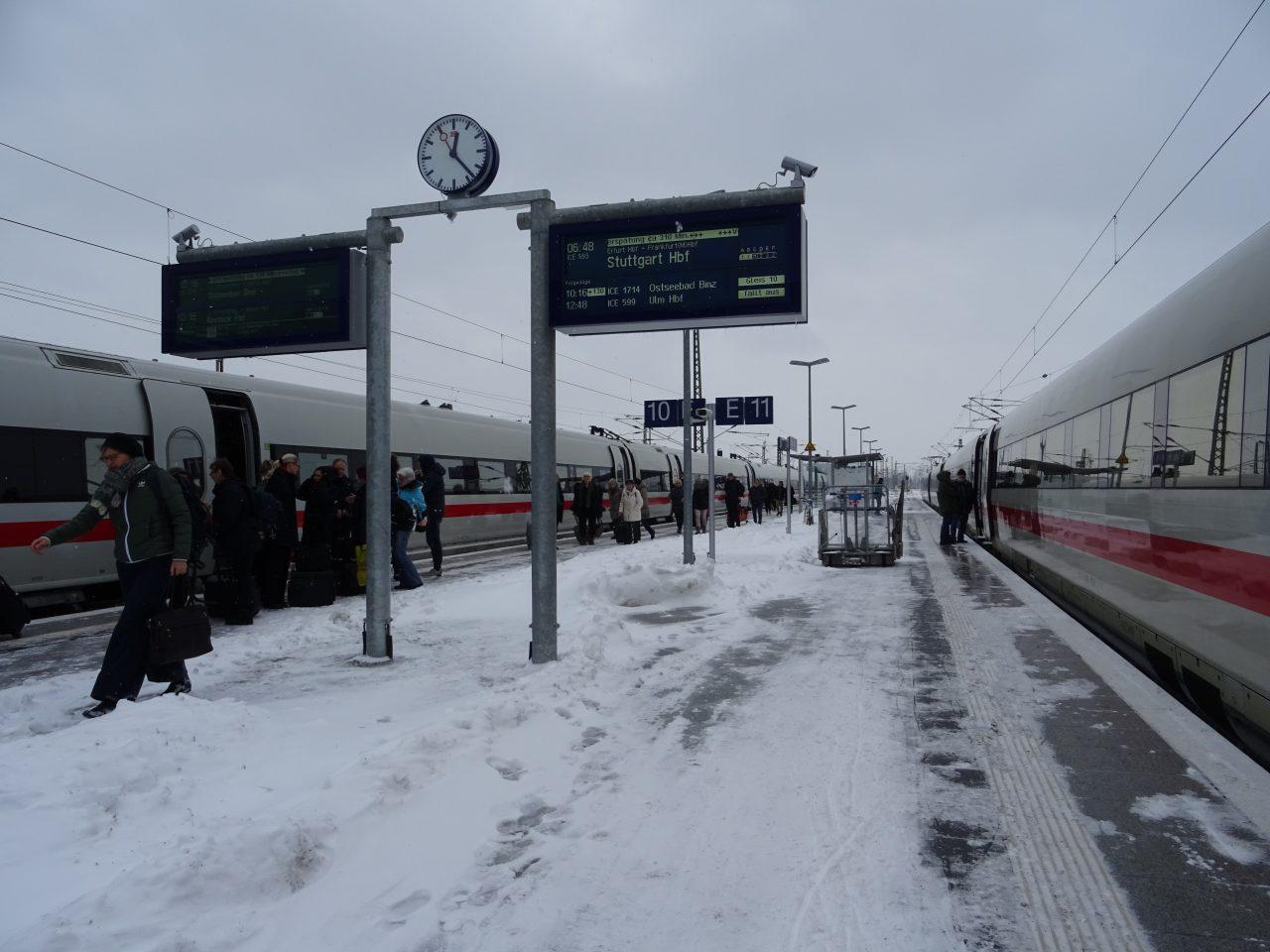 Der Bahnsteig ist voller Schnee.