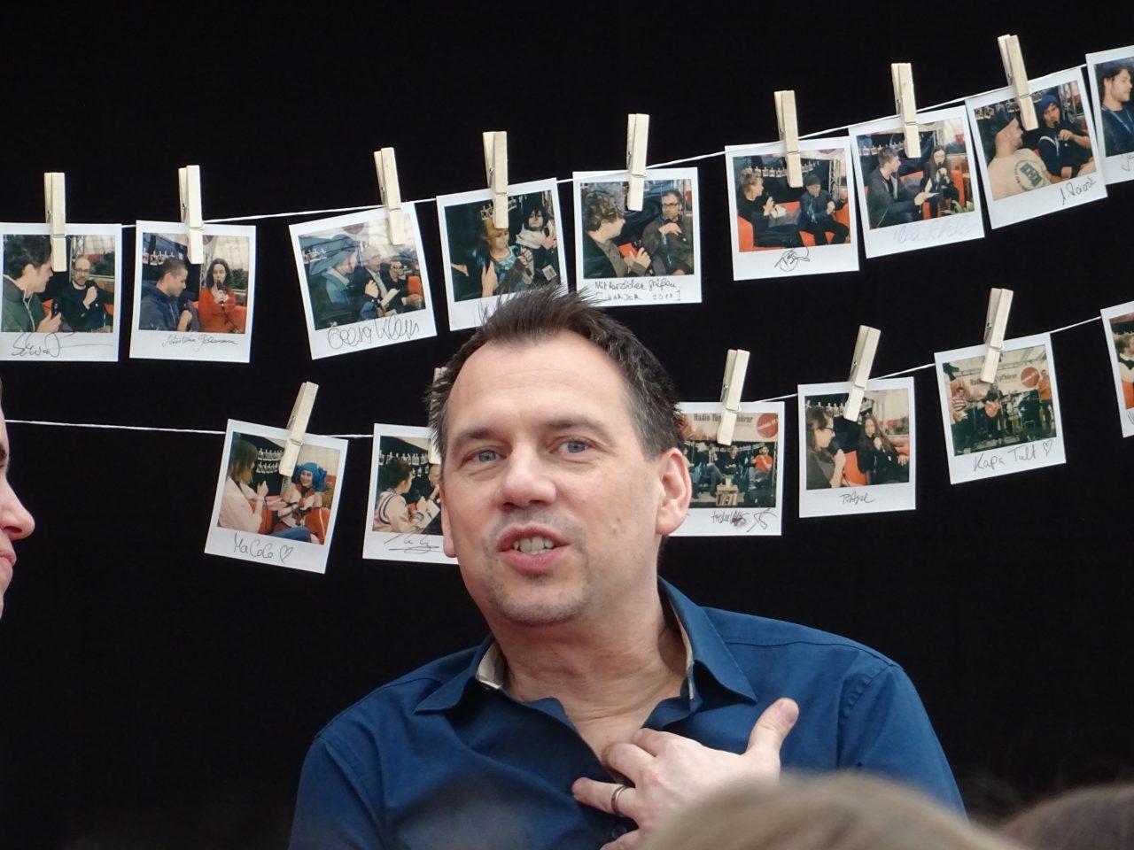 Der Krimiautor Sebastian Fitzek bei einem Interview.