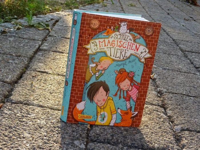 """""""Die Schule der magischen Tiere"""" steht auf Steinboden."""