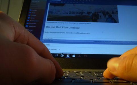 Meine Hände auf der Tastatur.